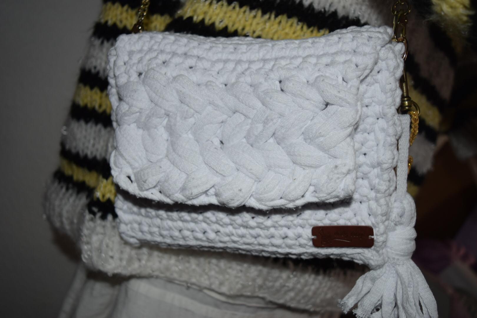 Hæklet flet taske i ribbon med guld hæklekit
