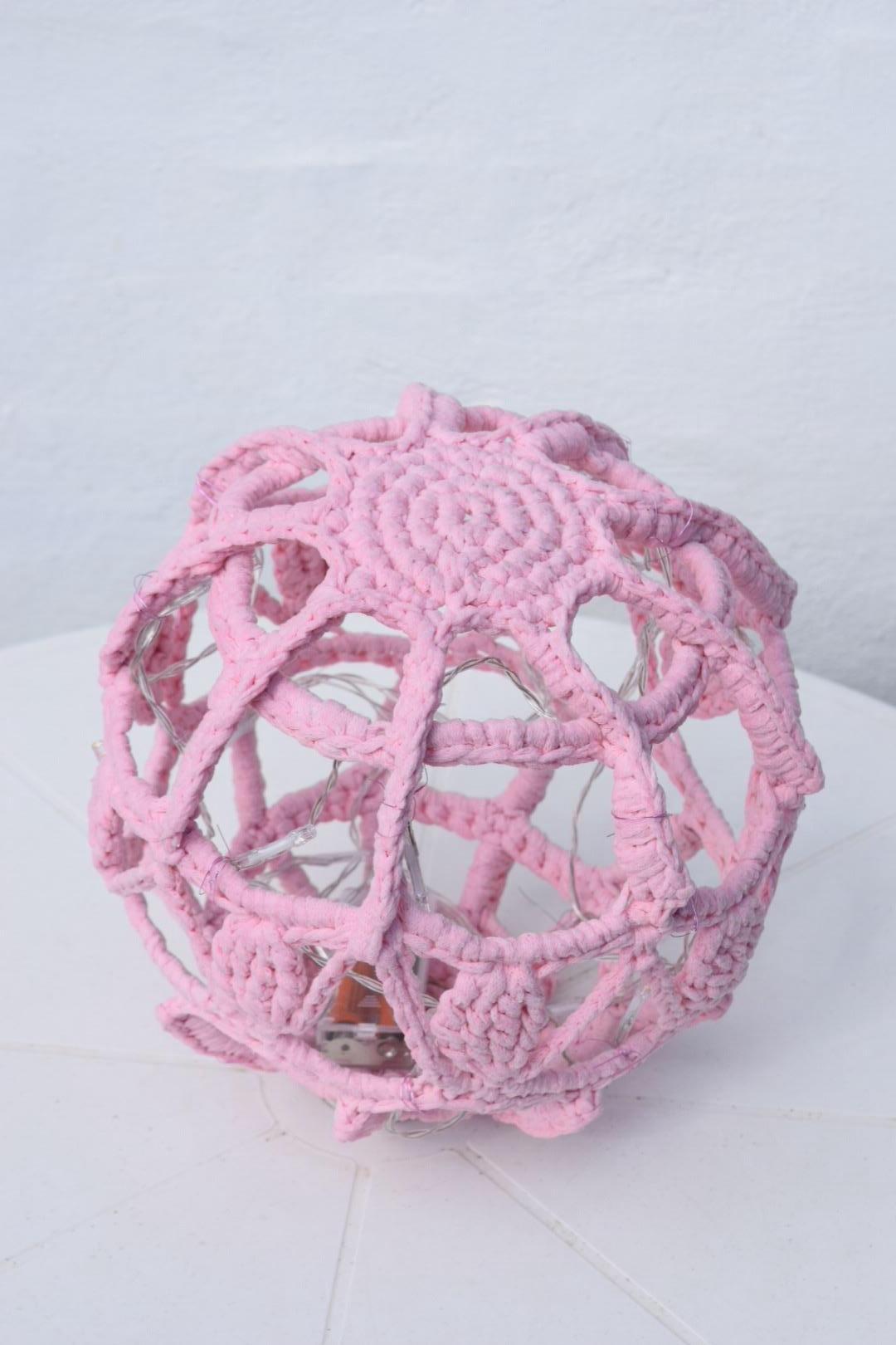 Mega lyskugle Ø ca 28 cm i ribbon hæklekit
