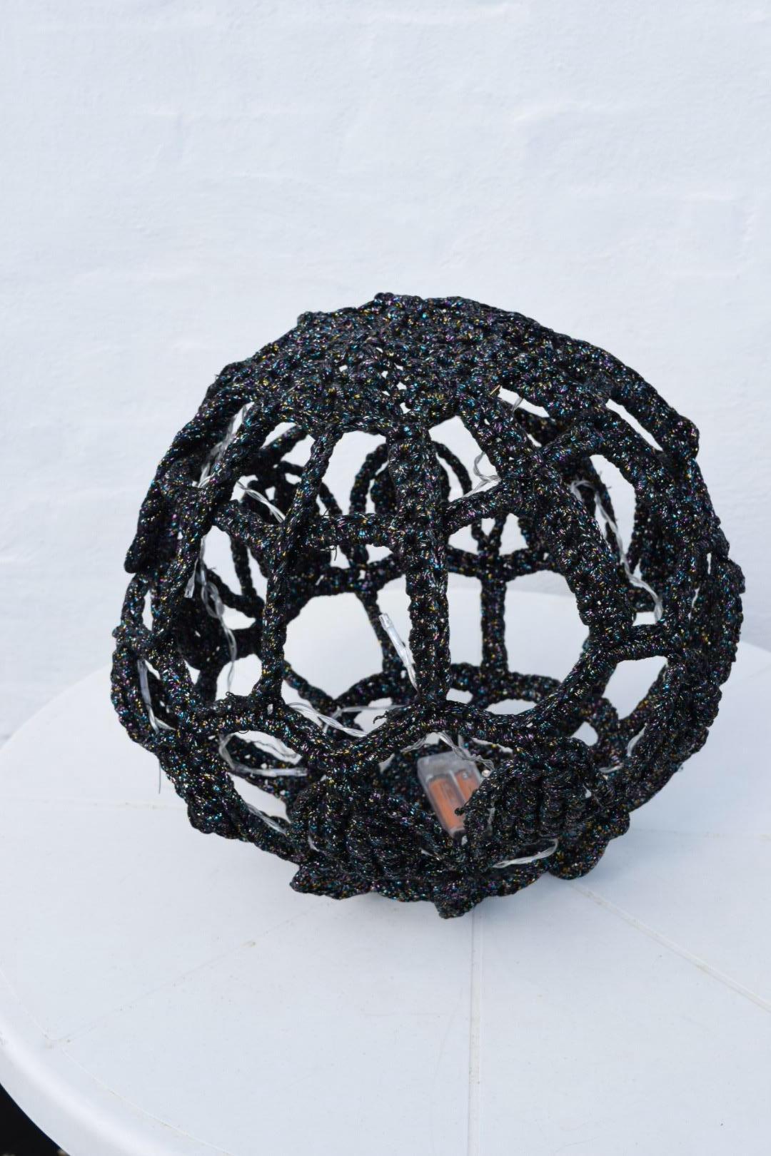 Mega lyskugle Ø ca 42 cm i ribbon med lurex hæklekit