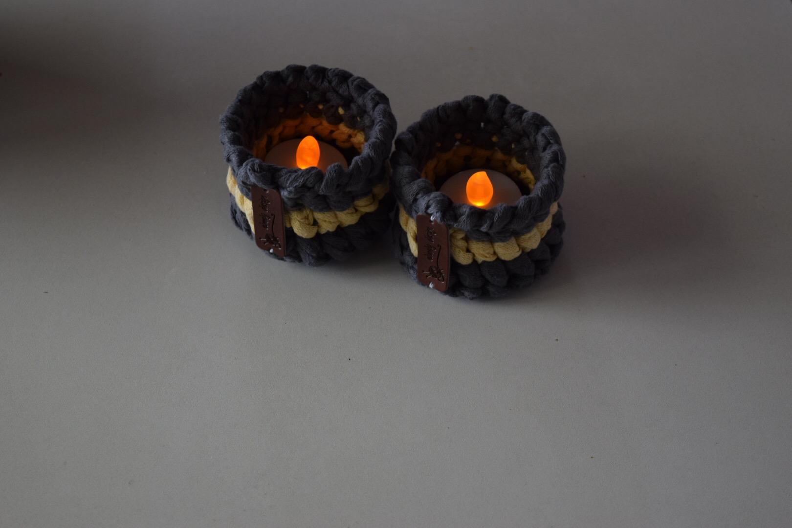 Image of   Haekleopskrift lysestager haeklet i ribbon til fyrfadslys på batteri