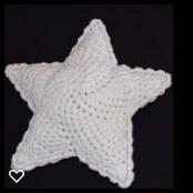 N/A – Hæklet stjerne pude med lyseblå stikning på elmelydesign.dk