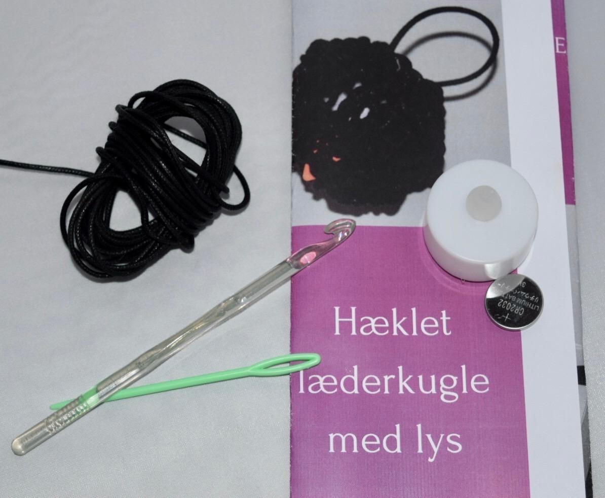 Image of   Hæklekit Læderkugle m. Lys