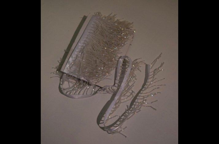 Frynser med perler monteret på bånd