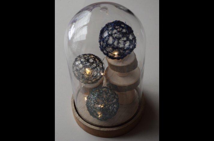 Glasklokke med wirehæklede kugler og lys kit